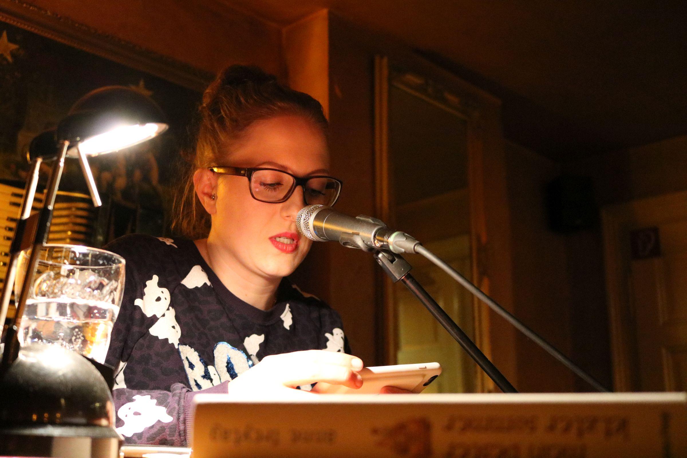 """Ane Freytag stellt ihr neues Buch """"Ein Mund voll ungesagter Dinge"""" vor"""